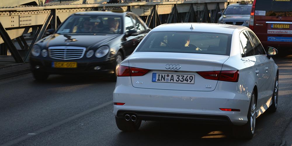 Audi-A3-Limousine-weiss-Heck-Stadtverkehr