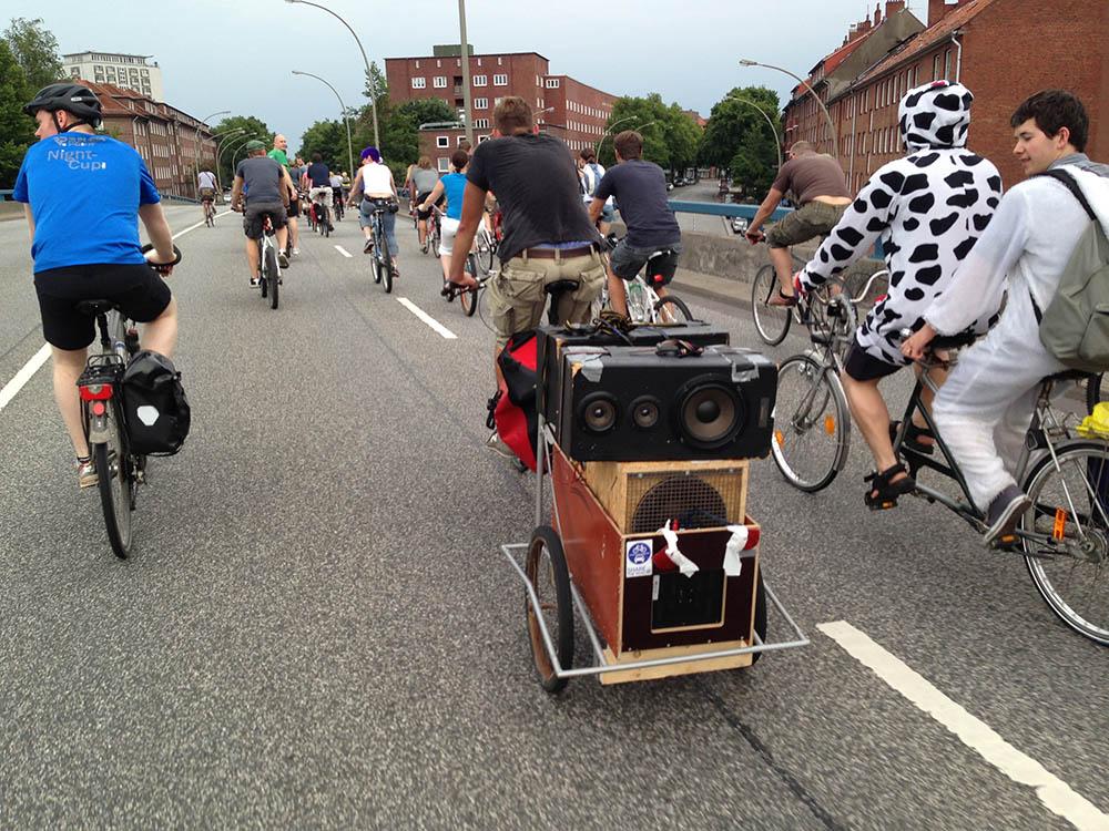 critical mass hamburg mehr als nur eine fahrradtour. Black Bedroom Furniture Sets. Home Design Ideas