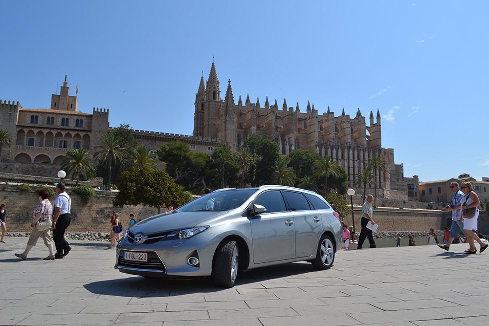 Toyota Auris Touring Sports Aussenaufnahme Kathedrale Palma Mallorca