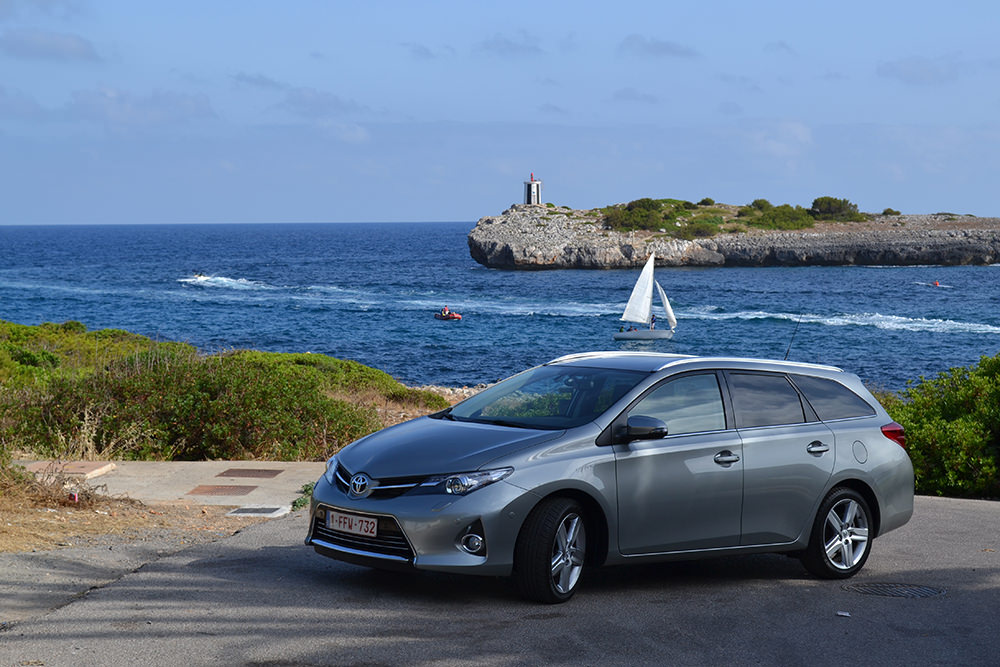 Toyota Auris Touring Sports Aussenaufnahme Meer Segelboot