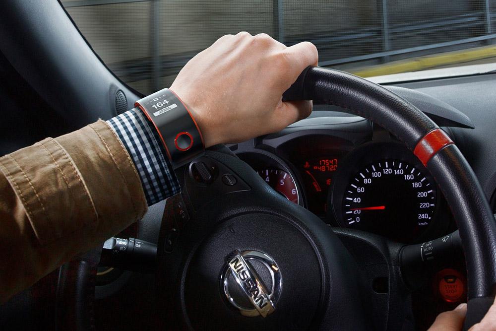 Nissan-Nismo-Smartwatch-im-Auto